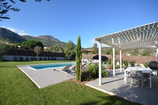 Terrasse extérieure- piscine- jardin - vue montagne - villa ...