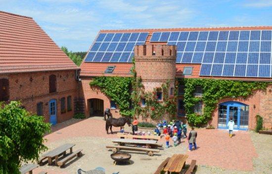 Gross Briesen, Niemcy: Der Innenhof unseres Vierseithofs mit Feuerschale für gemütiche Lagerfeuer am Abend