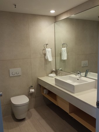 Scarborough, Australia: Clean and well provided for. Huge shower.