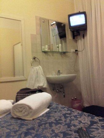 Hotel Romagna: camera con lavandino