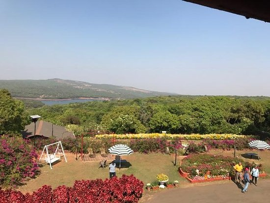 Dina Hotel: Beautiful garden with the lake view