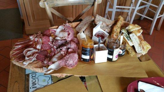 Strada in Chianti, Italien: tagliere di salumi e formaggi