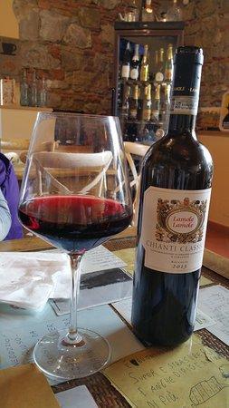 Strada in Chianti, Italien: bottiglia di chianti