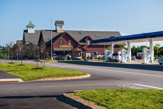 Hooksett, Nueva Hampshire: Parking and Irving fuel pumps.