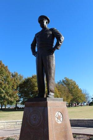 อาบีลีน, แคนซัส: Statue of Gen. Eisenhower.