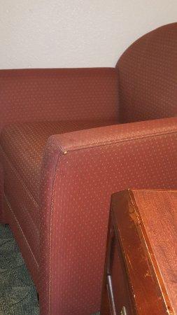 Berkeley Rodeway Inn: Furniture needs to be replaced.