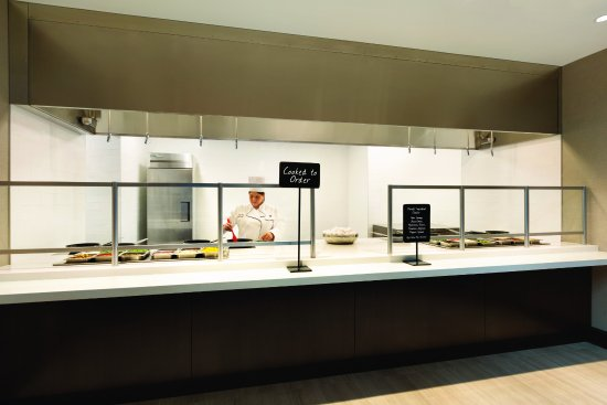 Embassy Suites by Hilton Chicago Lombard Oak Brook: Cook to Order Breakfast Station