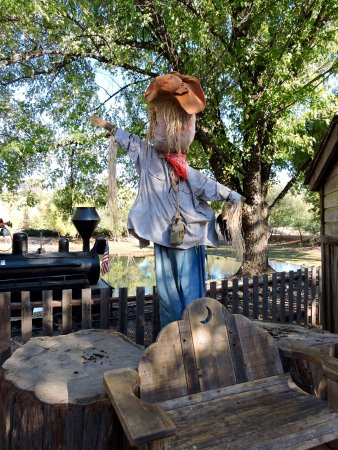 Camino, Californien: Scarecrow by Train Depot
