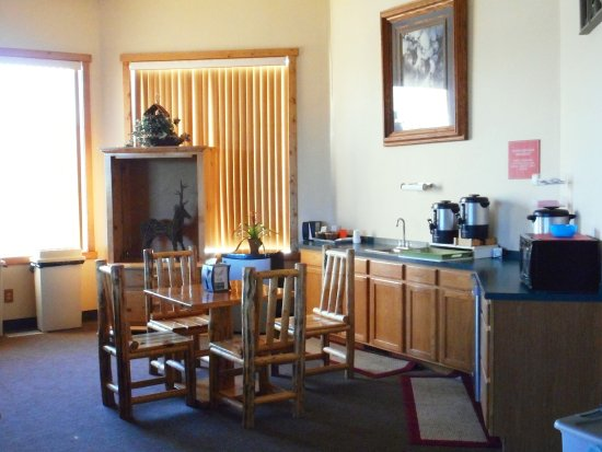 Eagle Peak Lodge & RV Park : Self-serve breakfast area