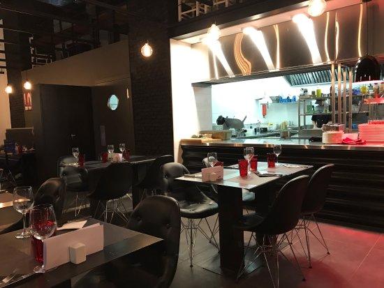 Photo cuisine ouverte une cuisine ouverte beige les 4 for Cuisine ouverte restaurant