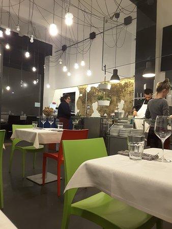 Sala di ingresso con vista su cucina - Foto di È Cucina - Cesare ...