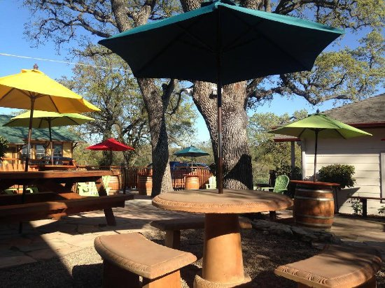 Templeton, CA: Clavo Cellars back patio. Lunch and a bottle anyone?