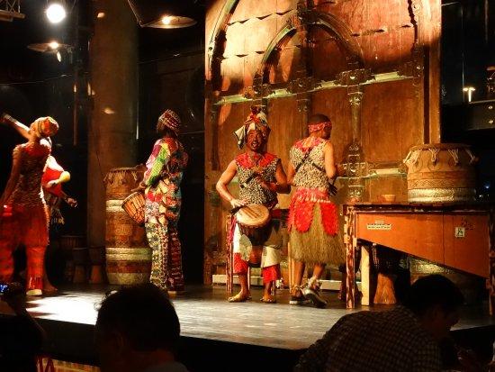 Gold Restaurant: drum and dance