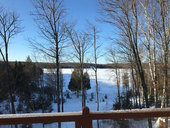 Sundridge, แคนาดา: View on the frozen lake from our room