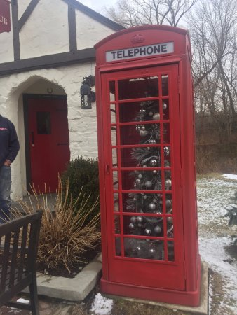 Ridgefield, CT: Very cute Phone Booth outside with a Christmas Tree inside.