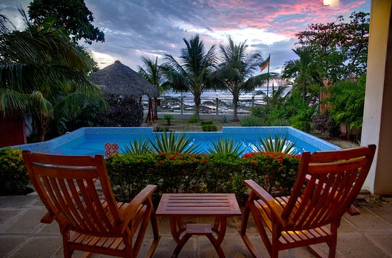 Hotel Casa de Pacifico Masachapa Playa : The sun settin gover the pool.