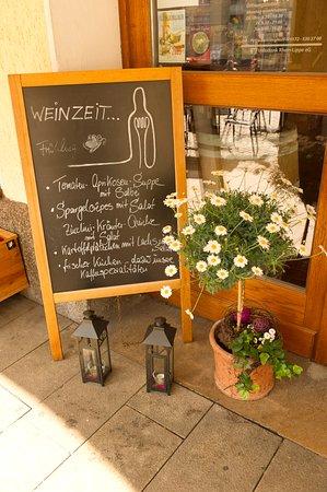 Wesel, Alemania: Tagesangebot an einem Tag im Sommer unter den Arkaden am Markt