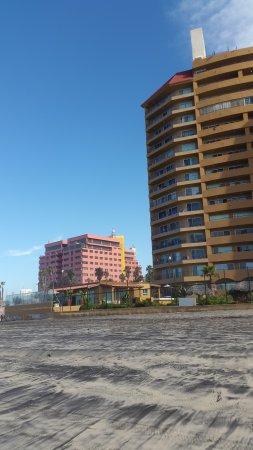 Hotel Corona Plaza Rosarito: Vista del hotel desde la playa