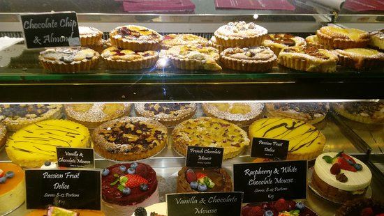 Bandon, Irland: Great cake collection. Their mini tarts are only €2 each!