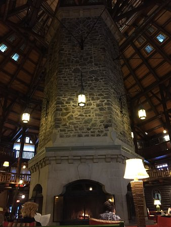 Fairmont Le Chateau Montebello: Une de quatres faces du foyer