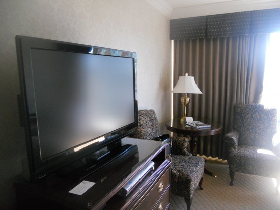 Sutton Place Hotel Vancouver: Flatscreen tv and dresser