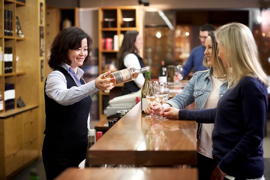 Dixons Creek, Avustralya: Experienced and frinedly staff in the cellar door