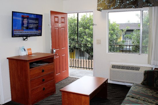 Howard Johnson Inn And Suites San Diego Area/Chula Vista: Suites Room with a Living Room, Bed Room,kitchenette and fridge & microwave with all Room.