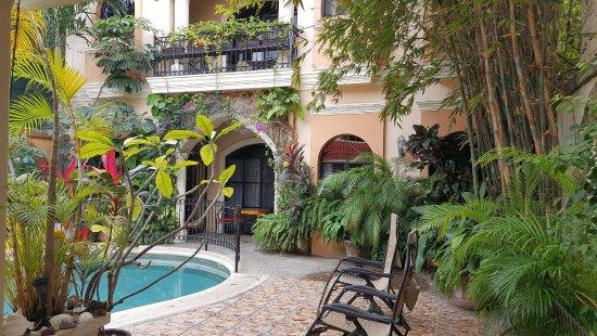 Loro de Oro Inn: Loro de Oro courtyard w/pool