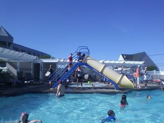 Anchorage Inn: beautiful outdoor pool with splash pad, slide, toddler pool and jacuzzi!