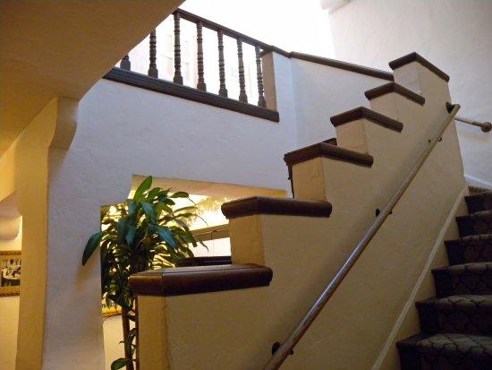 Cypress Inn: Attractive inner stairway