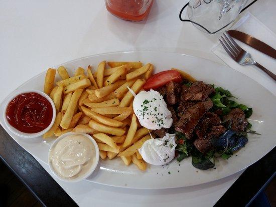 Orewa, Nueva Zelanda: Warm beef salad with poached eggs