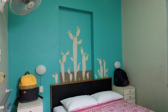 60 Blue House: ห้องพักชั้นล่าง เตียงสำหรับสองคน