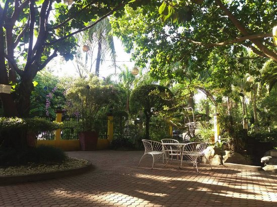 Precious Garden Samal: Precious Garden Restaurant and coffee house offers a warm welcome to all visitors. Sit out under