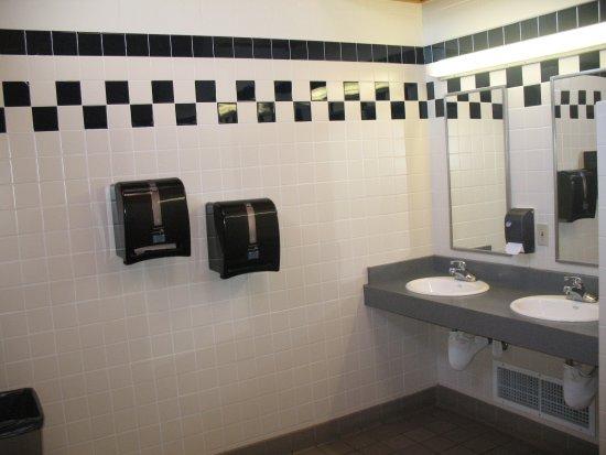 Ashland, Oregón: Restroom / sink and vanity area