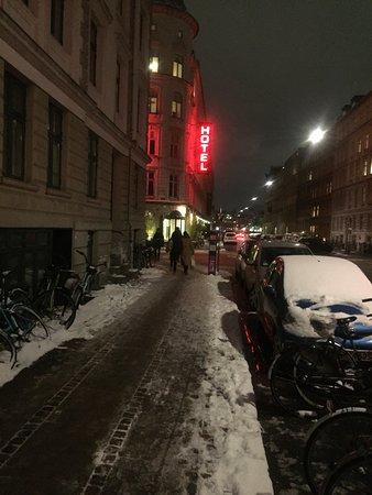 Ibsens Hotel: Vue de la rue en février, d'une chambre et du restaurant italien