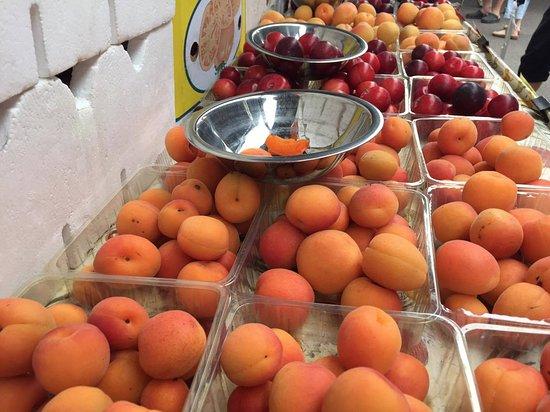 Woombye, Australia: stone fruit season