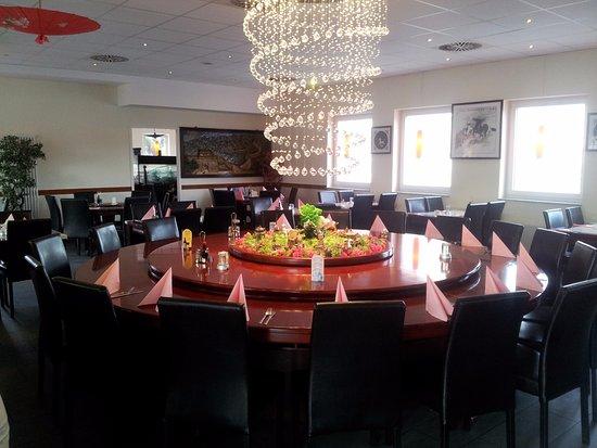 Großer Runder Tisch Mit Kronleuchter Picture Of Xiang