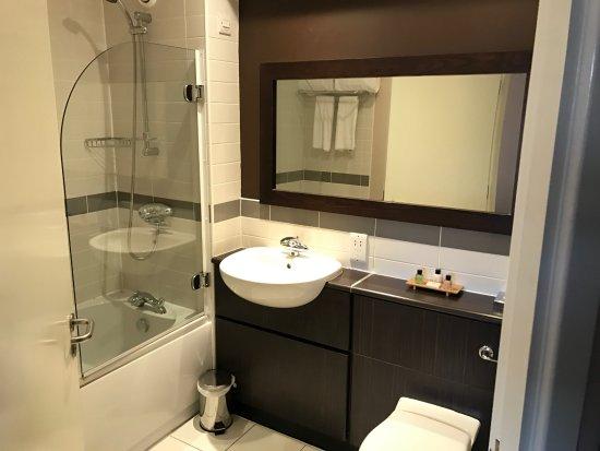 Kilsyth, UK: Nice clean bathroom with excellent large bath