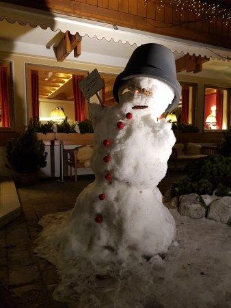 Hotel Salzburgerhof: 5*-Schnee-Begrüßung im Salzburgerhof durch einen riesigen Schneemann