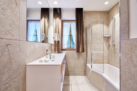 Badezimmer im Bauernhaus mit Badewanne/Dusche - Bild von ...