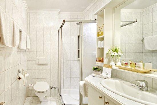 Habachklause: Badezimmer mit Dusche und WC im Haupthaus