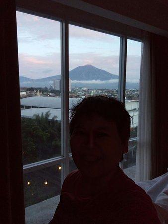 Pemandangan Gunung Di Pagi Hari Foto Swiss Belinn Malang Malang
