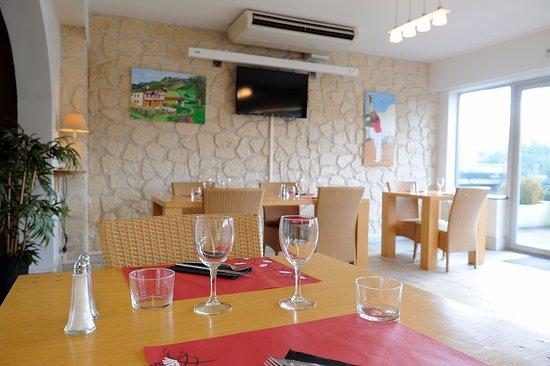 Ascain, Francia: Salle restaurant côté jardin