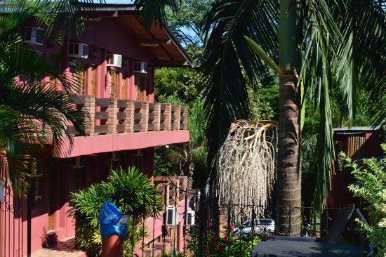 La Strada: Vista desde la pileta hacia un lado del hotel