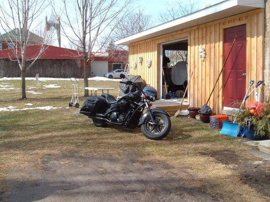 Merrickville, Kanada: The back of the Parlour is Paul's Bike .