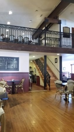 Santa Paula, Californië: The spacious interior with an upstairs dining area