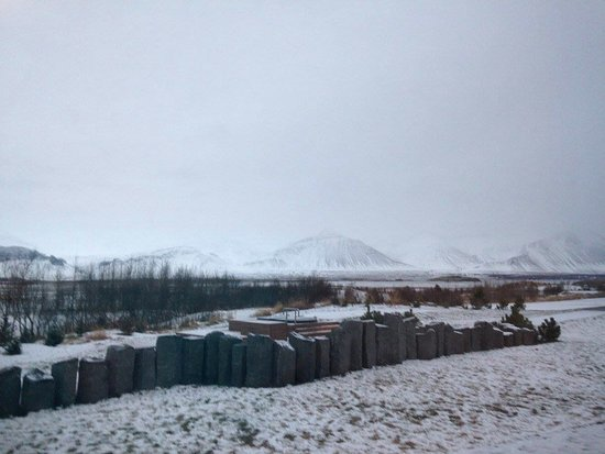 Borgarnes, Islandia: Our room view. The hot tubs are behind the rock wall.