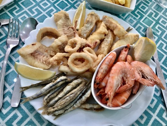 San Luis de Sabinillas, Spain: Mixed Fish and a bowl of Chips (Just out of shot)
