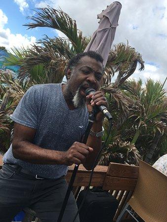 Shore Haven Resort Inn : Great singer at the Fishing Pier Restaurant!