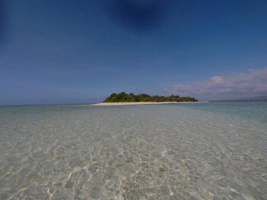 Leyte Island, الفلبين: 遠浅の海から眺めた島の全景